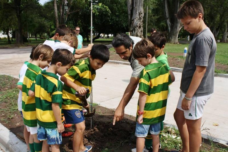 Chicos del Club San Patricio plantando árboles