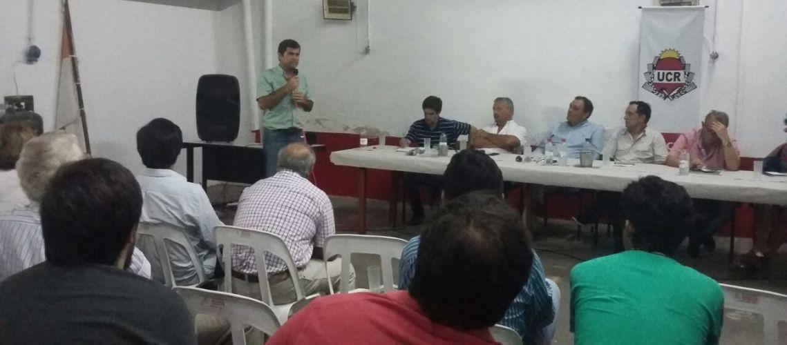 Leonardo Perea, presidente de la UCR local, disertando durante el encuentro